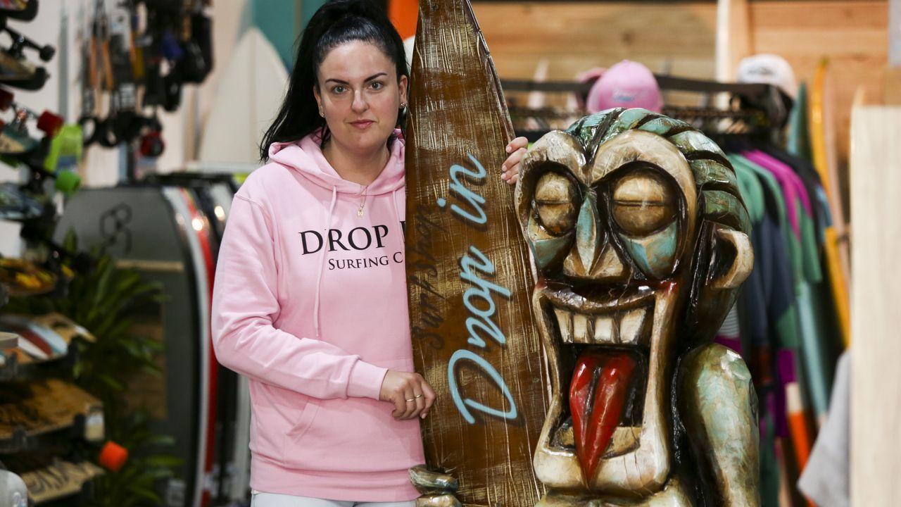 .Lucia Pita comanda junto a su hermano Carlos la tienda de surf Drop In, inaugurada el pasado mes de noviembre en Catabois