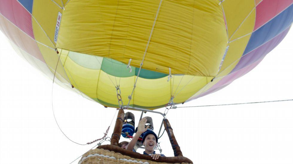 O principio que sustenta que un globo poida voar é que o aire quente pesa menos que o frío, e por iso se eleva