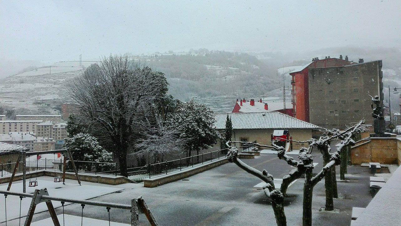 Los copos de nieve dejaron un fino manto blanco en Cangas del Narcea.Los copos de nieve dejaron un fino manto blanco en Cangas del Narcea