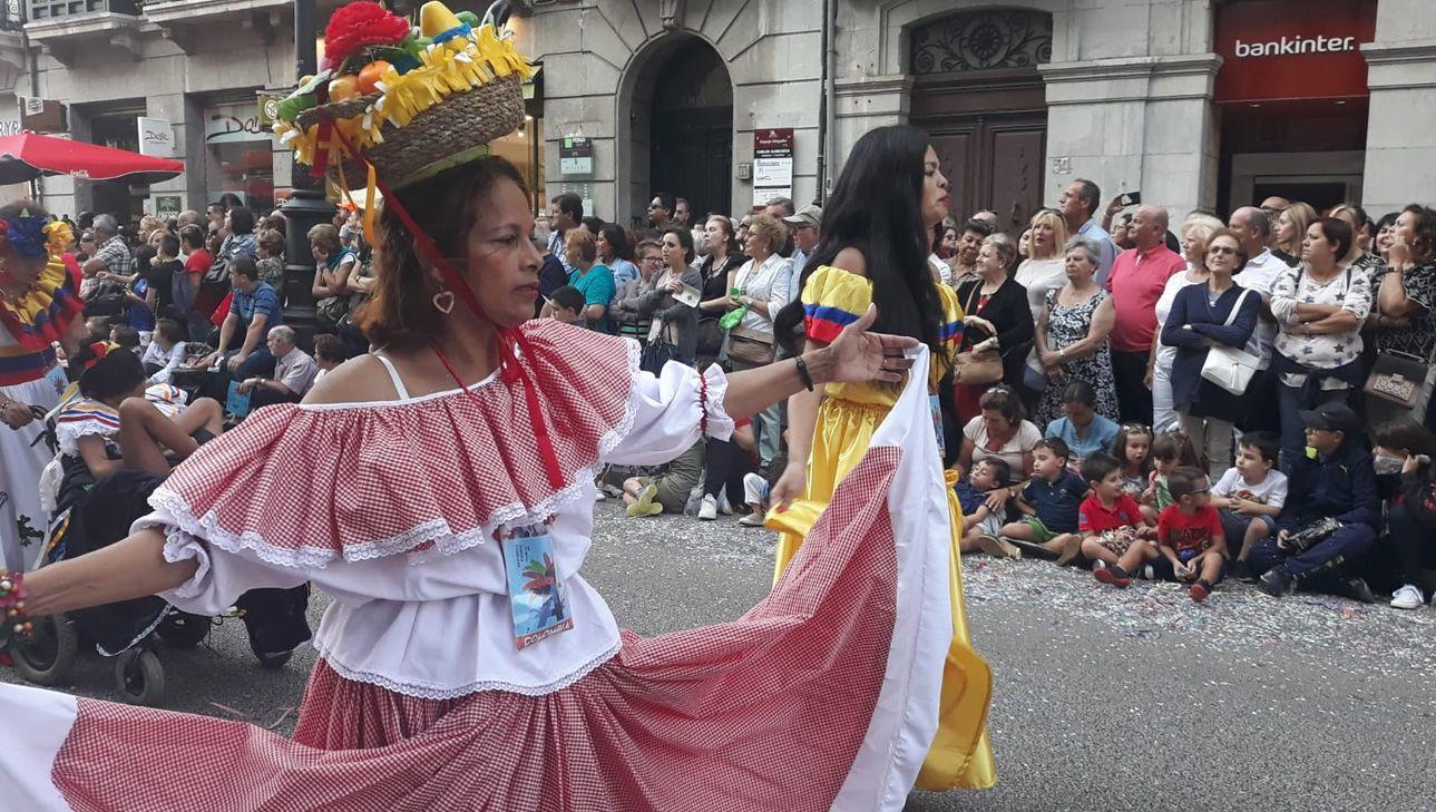 Bailarinas de Colombia en el Día de América en Asturias 2018