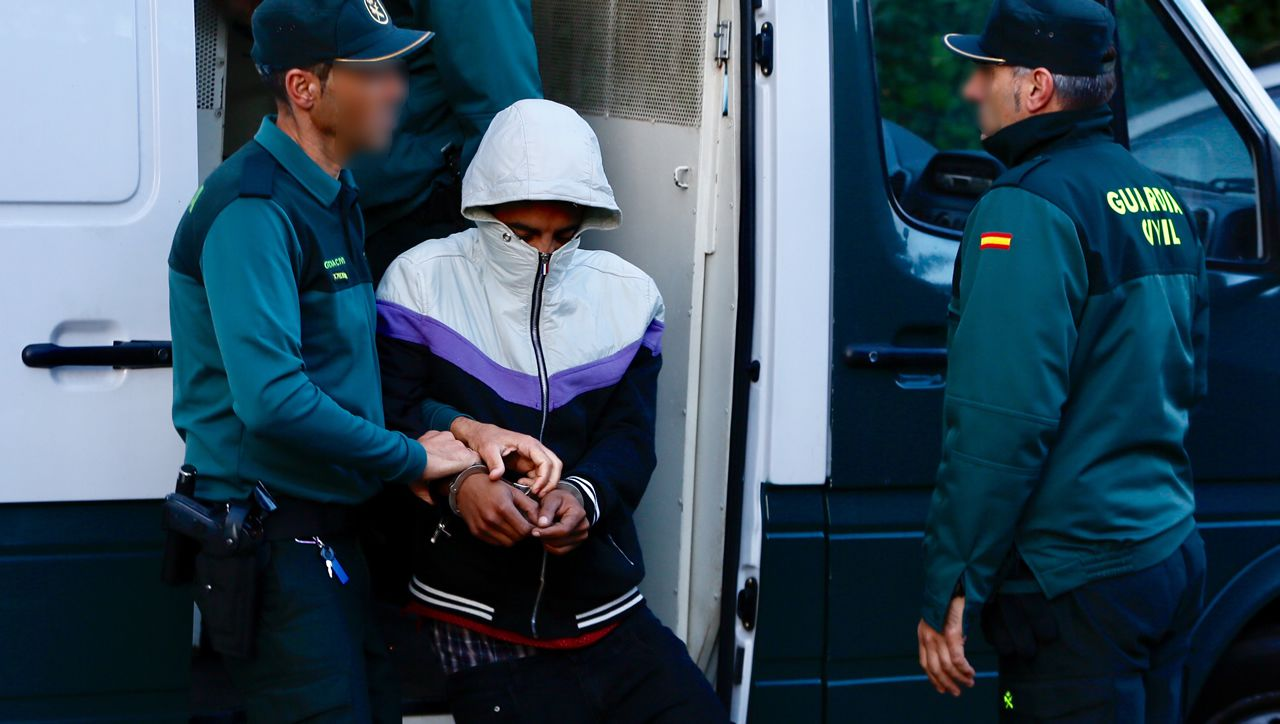 El padre de la joven que se precipitó durante el registro en Vigo: «Quiero que se investigue».Uno de los miembros de los Betas detenido