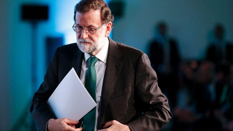 Nieto, a la derecha, escucha en el Congreso a Rafael Merino, presidente de la Comisión de Interior.