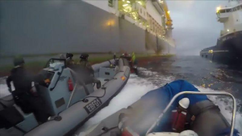 La Armada colisiona contra los botes de Greenpeace en Canarias.Foto detalle de las hélices protegidas de las embarcaciones del patrullero RELÁMPAGO P43
