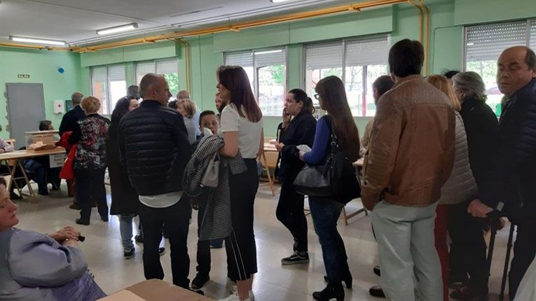 Hospital Valle del Nalón.Cola en un colegio electoral de Asturias