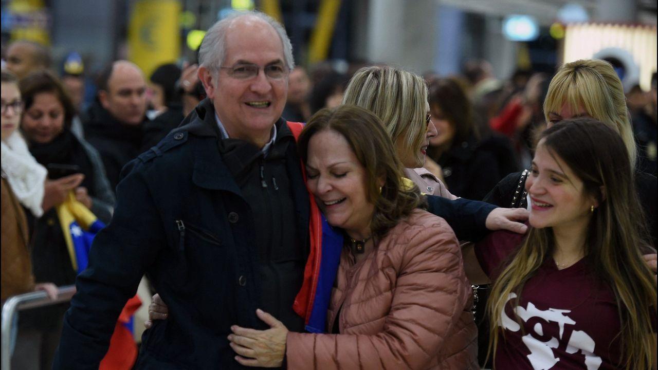 .Antonio Ledezma, a su llegada al aeropuerto de Madrid, donde le recibieron su mujer y sus hijas
