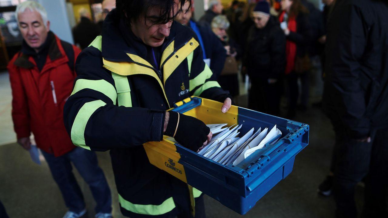 .Un empleado de Correos, a su llegada al colegio electoral Lenaspa en la ciudad de Terrassa