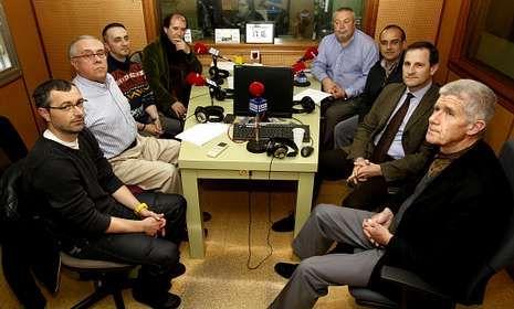 Los participantes en la mesa redonda compartieron los estudios de Radio Voz.