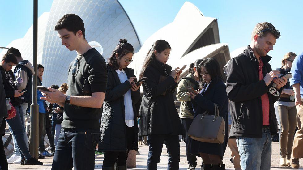 Fortnite Pro-Am: ¿te animas a «lootear» con el Rubius?.Varias personas se reúnen frente al Palacio de la Ópera de Sydney para jugar al Pokémon Go