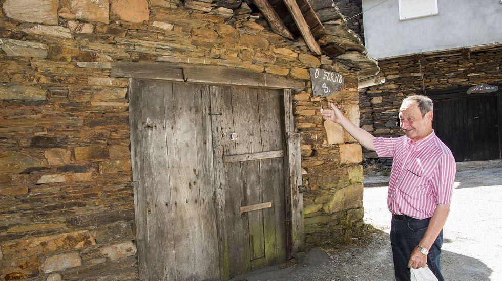 Domingo Parada, el último vecino que tuvo la aldea, muestra uno de los dos antiguos hornos que aún se conservan hoy