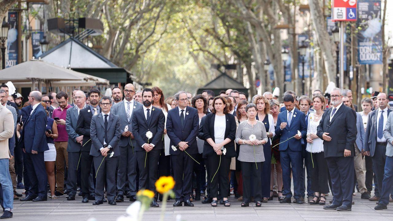 .Tras las víctimas, los politicos en la ofrenda floral en el mosaico de Joan Miró de La Rambla de Barcelona.