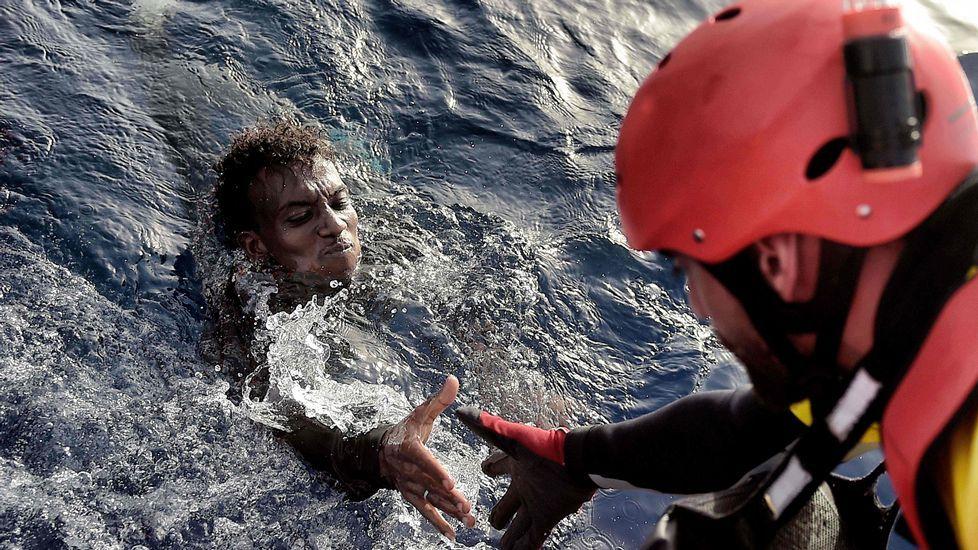 Así fue la zancadilla de Petra László.Rescate de un migrante en el mar, ayer, cerca de Libia.