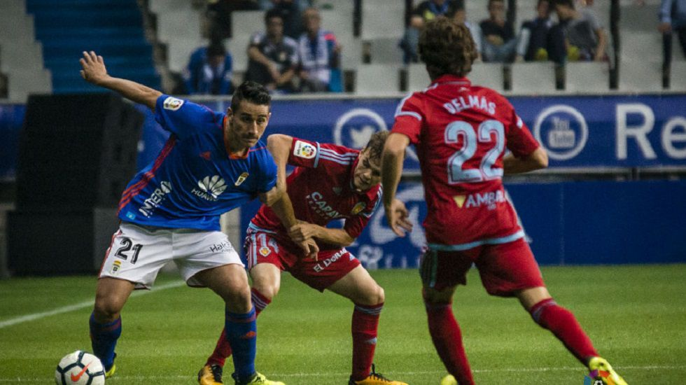 Aficion Real Oviedo Lugo.Saúl aguanta un balón ante dos jugadores del Zaragoza