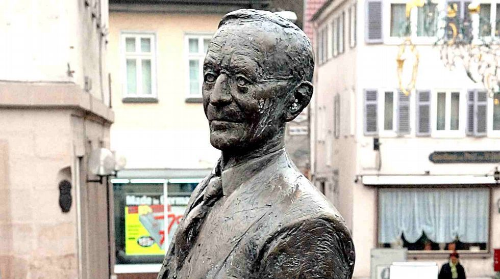 «Si conduces 40.000 kilómetros al año, tiene sentido estrenar coche cada tres». Estatua en bronce de Hermann Hess en su ciudad natal, Calw (Alemania)