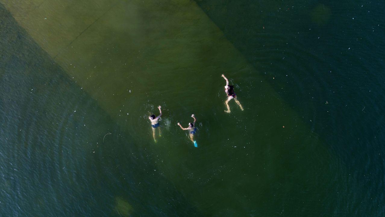 .Una vista aérea muestra a jóvenes nadando en el río Yenisei en un caluroso día de verano, con la temperatura del aire a unos 30 grados, en las afueras de Krasnoyarsk, Rusia