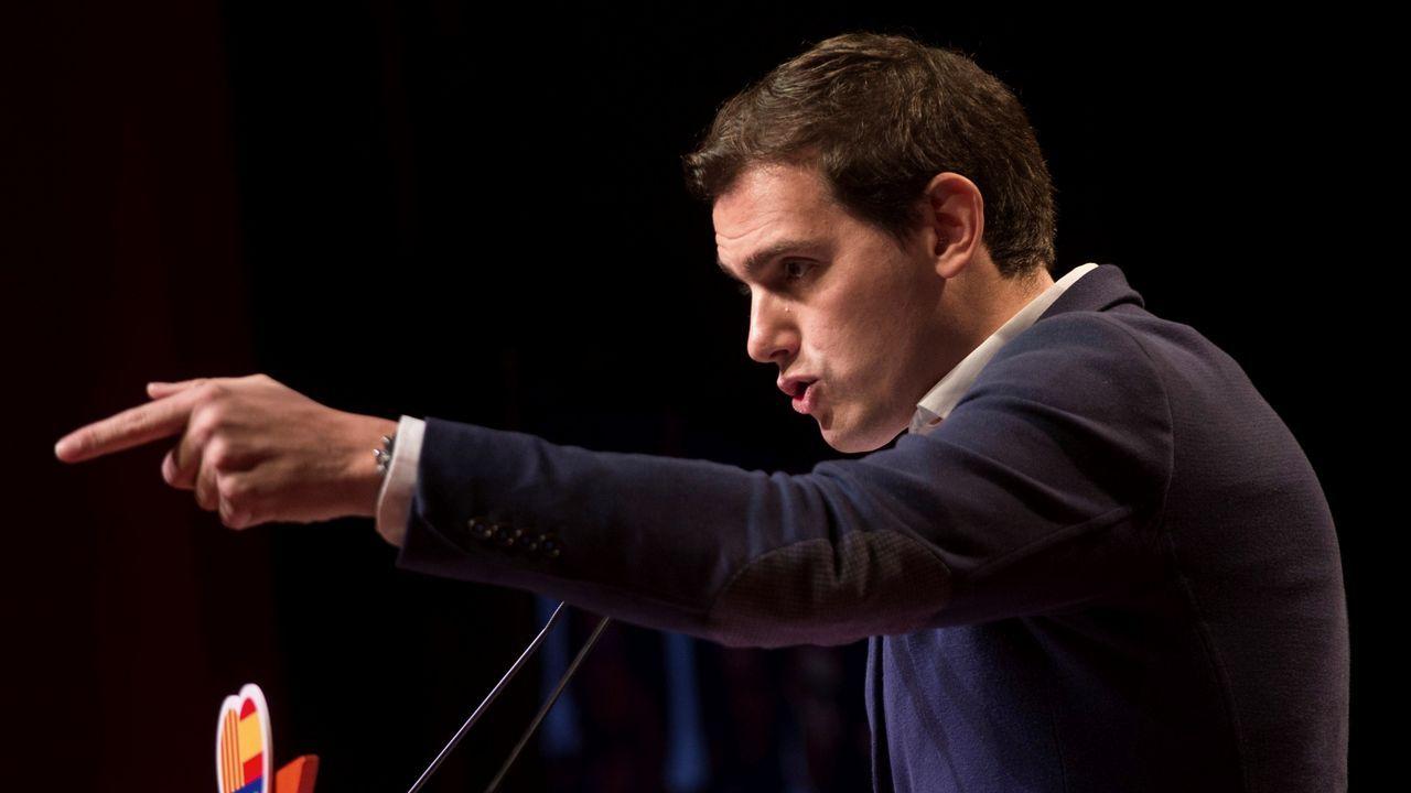 Rajoy: «Es absurdo pretender que Cataluña salga de la UE».Miquel Iceta, durante una visita ayer a un mercado de Barcelona