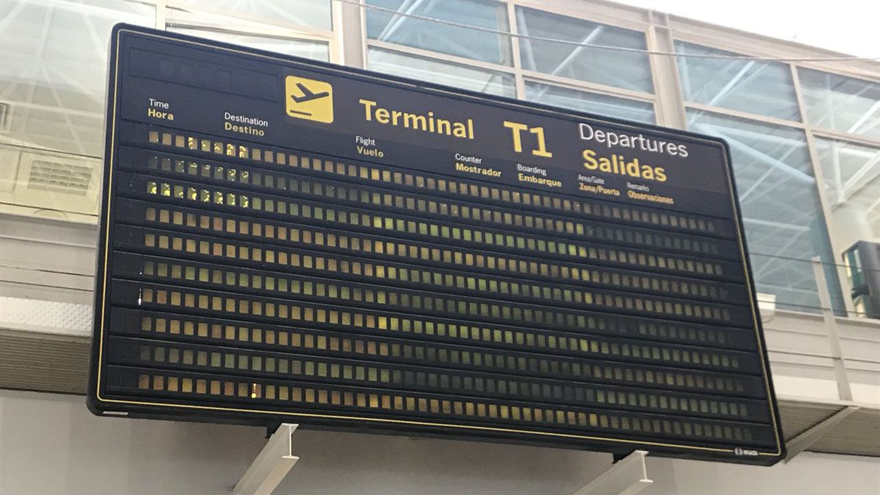 Vista aérea de La Providencia, enla costa de Gijón.El panel de salidas del Aeropuerto de Asturias se encuentra actualmente inactivo