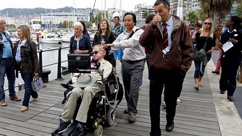 Stephen Hawking come en A Pedra.El concejal Ángel Rivas, ayer a la salida del juzgado.