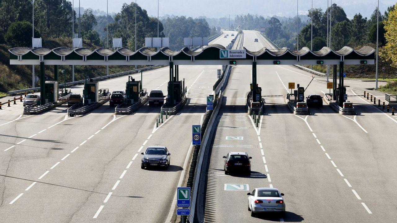 La autopista del Huerna.Benigno Redondo, en el centro de la imagen, es el presidente de la Federación Gallega de Estaciones de Servicio (FEGAES)