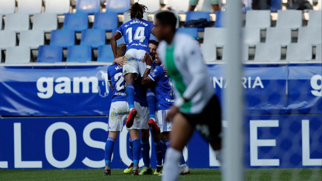 Gol Toche Boateng Real Oviedo Extremadura Carlos Tartiere.Los futbolistas del Real Oviedo celebran el gol de Toche ante el Extremadura