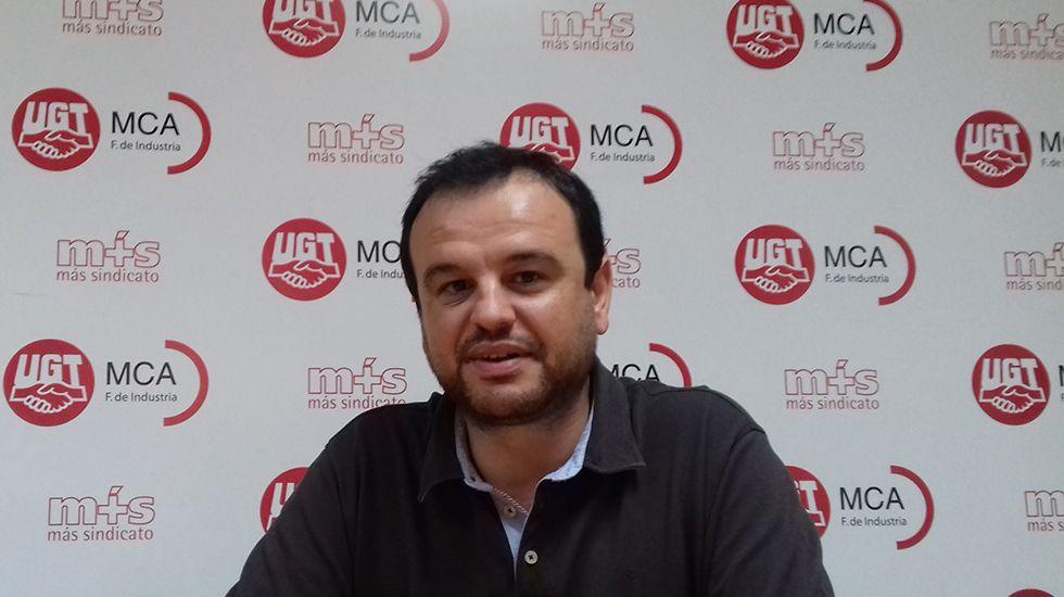 Suelta de un salmón en el río Esva.Jenaro Martínez, secretario general de MCA-UGT Asturias