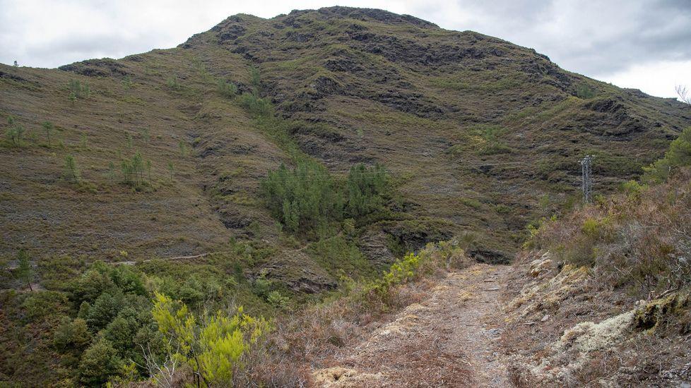 El camino que lleva al acueducto baja en dirección al cauce del río Lóuzara, afluente del Lor