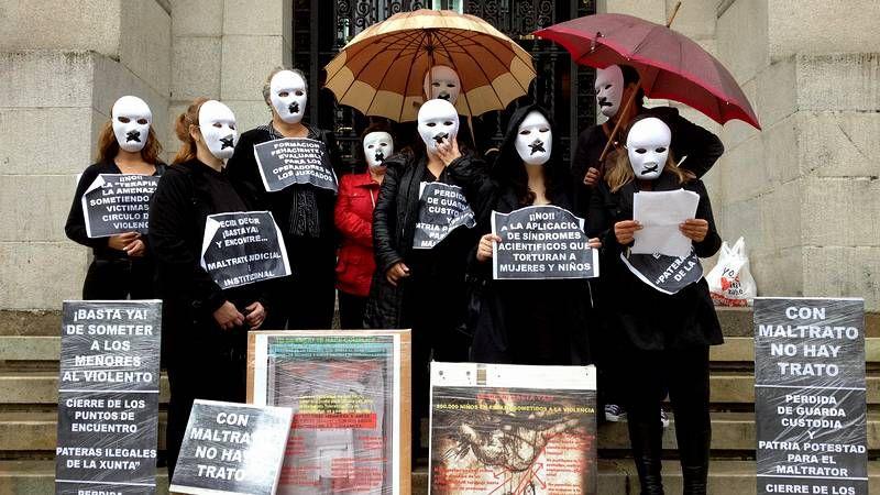Las fotografías de Jacques Lartigue, en el Macuf.Concentración en A Coruña contra el maltrato.