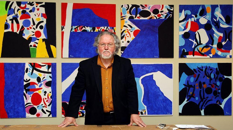 Antón Pulido xunto a unha das obras da serie «Kermesse» que forma parte da antolóxica.
