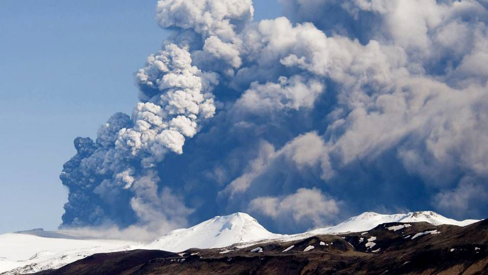 Fotografía  tomada el 18 de abril de 2010 que muestra humo y cenizas saliendo del volcán Eyjafjallajokull en Islandia.