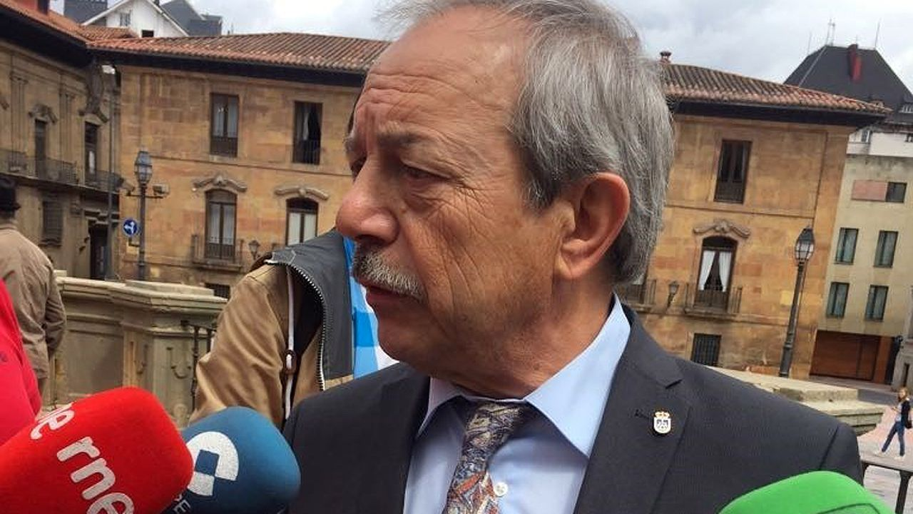 Rubén Rosón se dirige a Agustín Iglesias Caunedo, al término de un pleno de Oviedo.El alcalde de Oviedo, Wenceslao López.