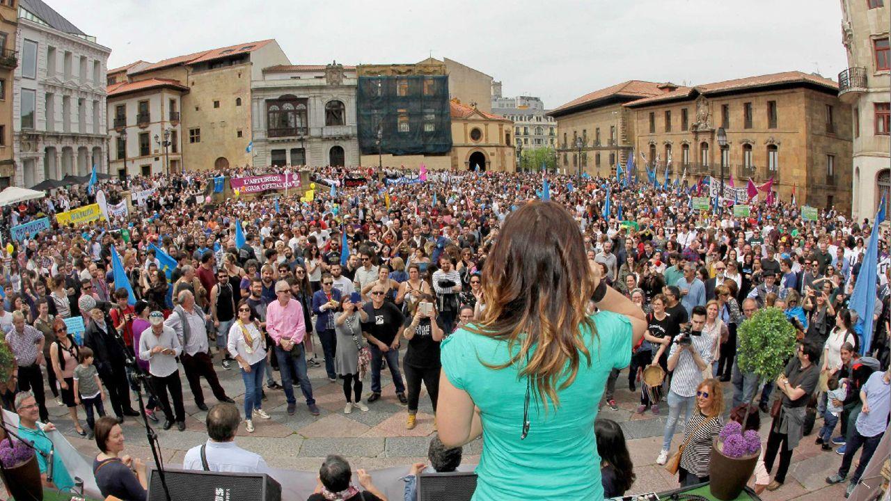Imagen de la lectura del manifiesto al finalizar la manifestación convocada hoy en Oviedo por la Xunta pola Defensa de la Llingua Asturiana para reivindicar la oficialidad del asturiano en el Principado