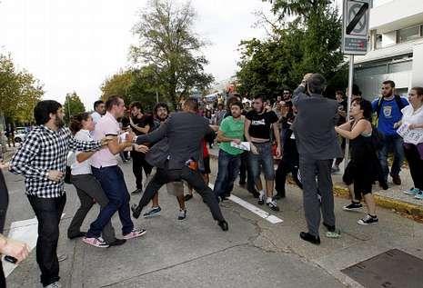 .El equipo de seguridad del presidente de la Xunta tuvo que intervenir ante la protesta.