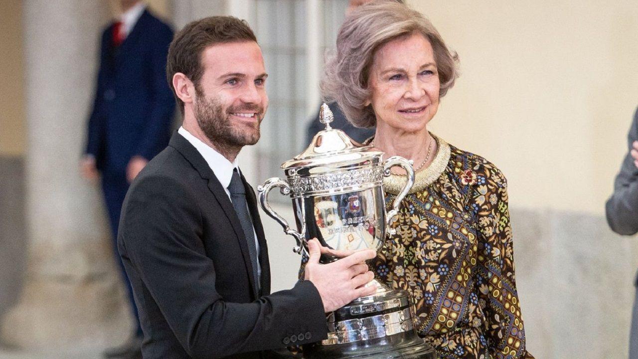 Juan Mata y la reina Sofía