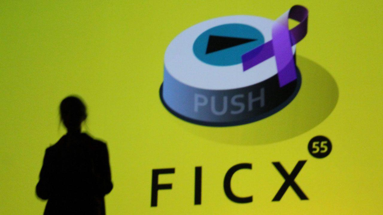 Silueta de la actriz Ingrid García-Jonsson ante el icono del FICX55 adornado con un lazo morado