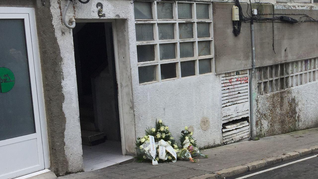 Ofrenda floral por el chico que murió de sobredosis en la calle Vicente Aleixandre, en el lugar donde compró la droga que lo mató