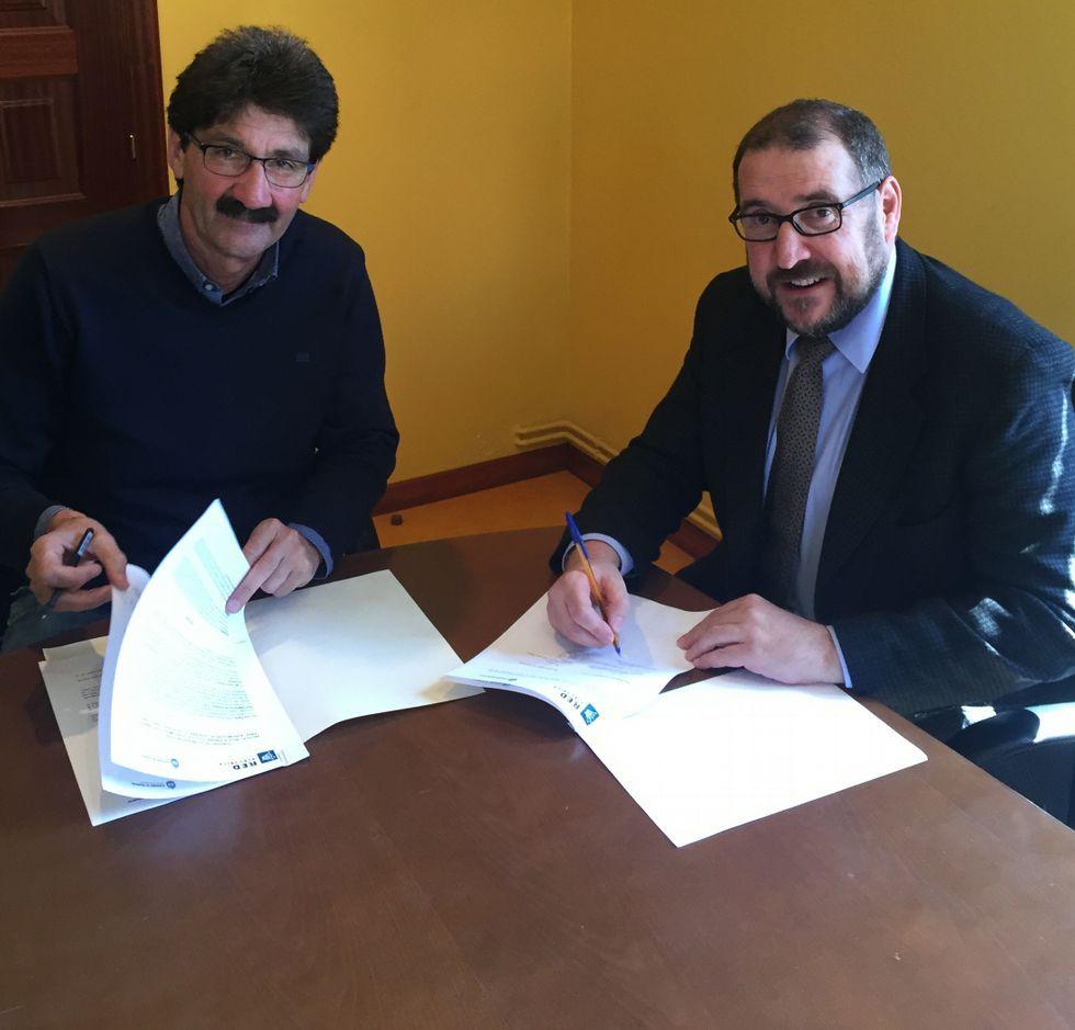 .José Manuel Pequeño y Carlos González firmaron el acuerdo.