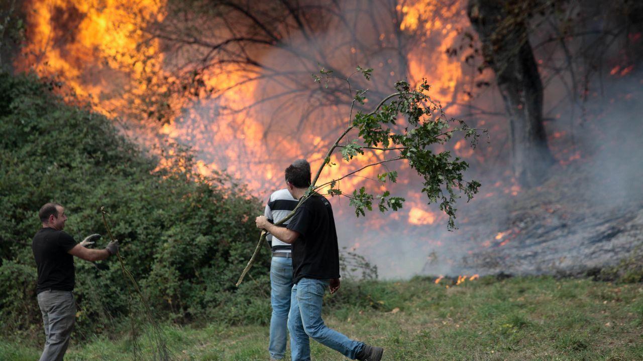 El Oribio en llamas.En Eirós se han encontrado restos que dejaron neandertales y «Sapiens» cuando habitaban la zona, hace más de 30.000 años