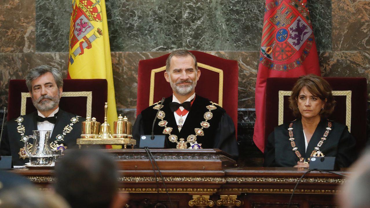 El Rey Felipe VI, junto al presidente del Tribunal Supremo y del Consejo General del Poder Judicial, Carlos Lesmes (i), y la ministra de Justicia, Dolores Delgado (d)