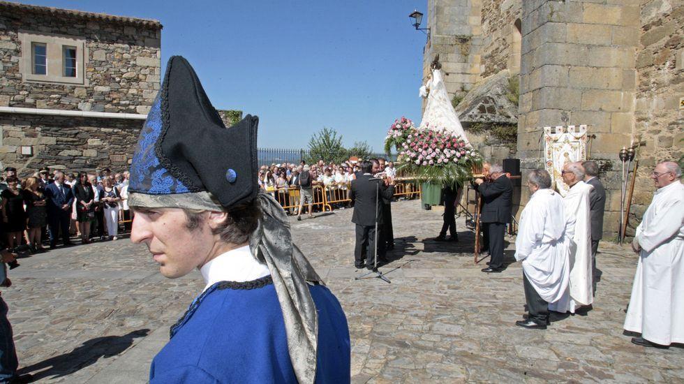 La procesión previa a la ofrenda floral, con la torre del castillo de San Vicente de fondo.El grupo municipal de danza tradicional actuó durante la ofrenda a la virgen de Montserrat, en el día grande de las fiestas de Monforte