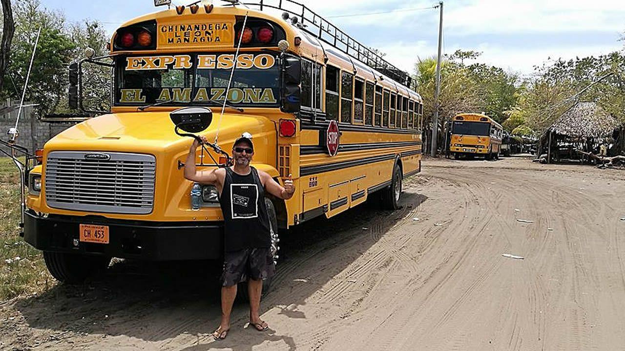 Álvaro Pardo delante de uno de los autobuses que cubre la zona de Chinandega