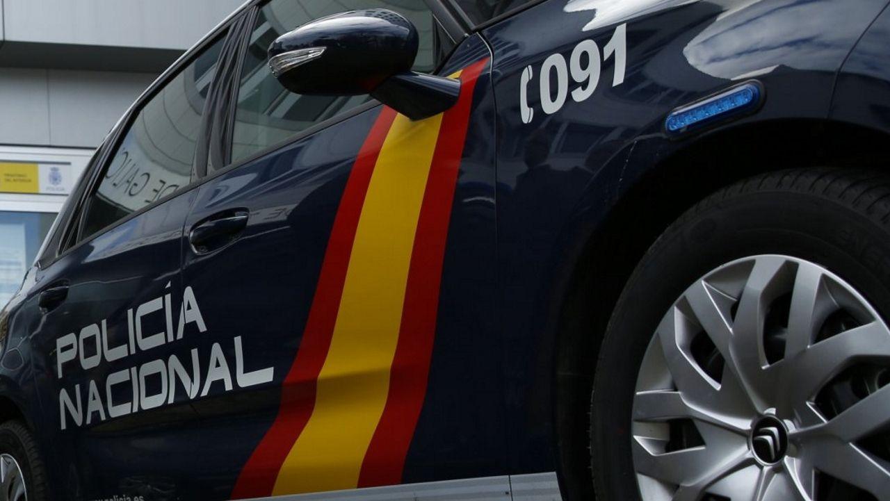 Retiran una mina sin explotar, adherida al casco de uno de los dos petroleros atacados en el Golfo.Un coche de la Policía Nacional, en una imagen de archivo
