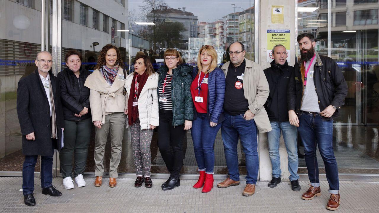 Fachos.Lectura de manifiesto y suelta de globos en la praza Maior de Ourense