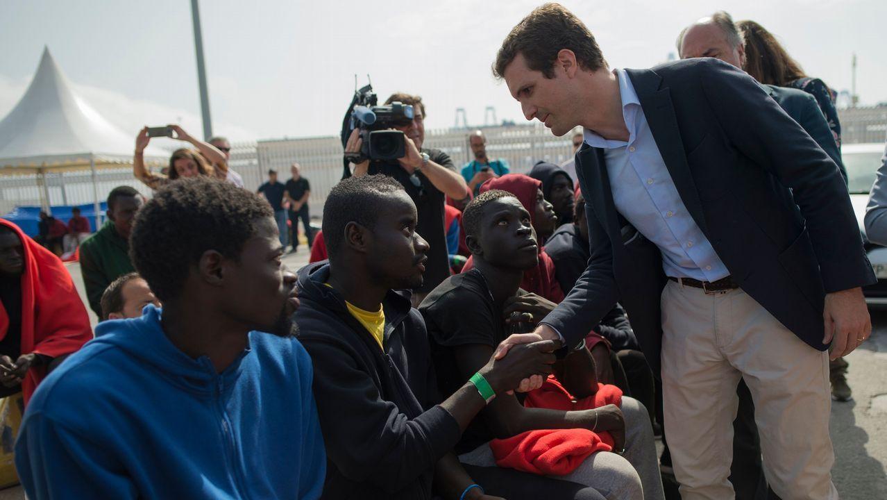 .Casado estrechó la mano en el puerto de Algeciras de algunos de los inmigrantes rescatados