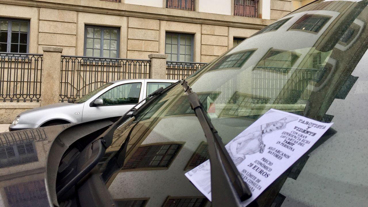 .Algunos de los carteles colocados en los coches aparcados ante la Audiencia Provincial, que se investiga si fueron repartidos por la jueza de Vigilancia Penitenciaria