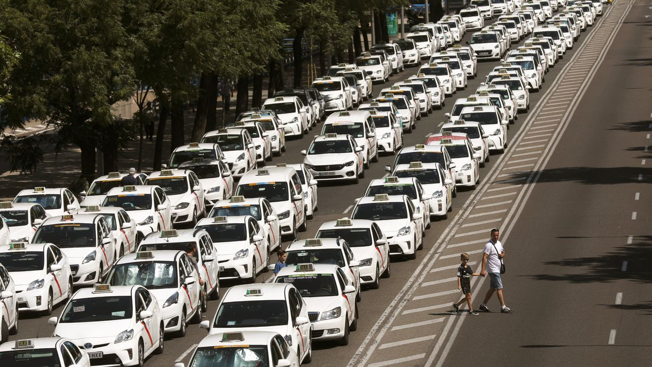 Los taxistas colapsan la Castellana en Madrid.