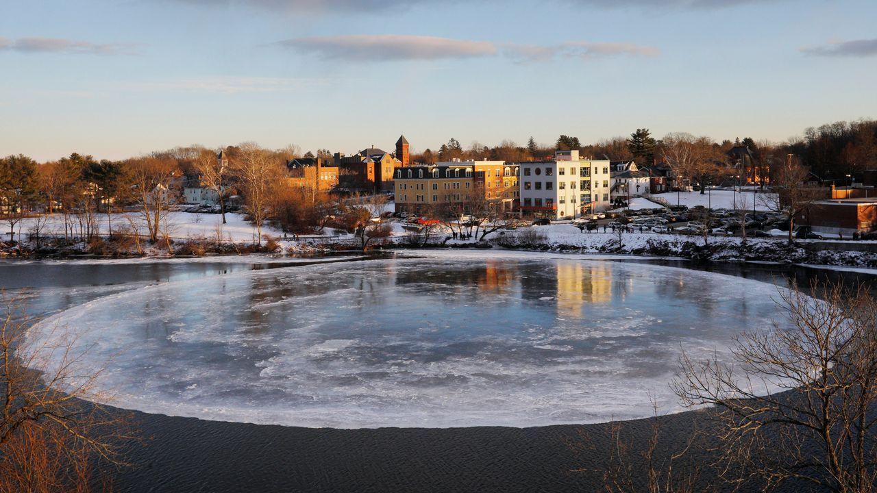 Un gran témpano de hielo circular gira lentamente en el río Presumpscot en Westbrook, Maine, EE. UU.