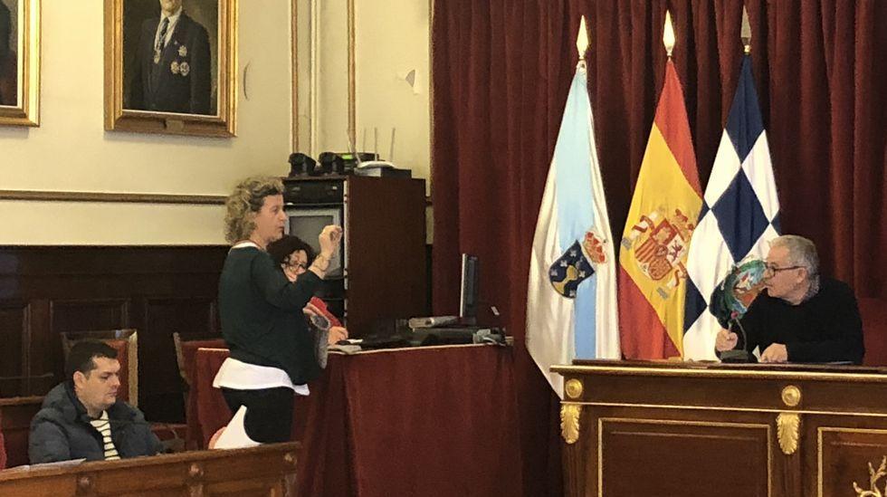 Desbandada en la primera fila de Ferrol en Común. De la imagen, tomada en la noche electoral del 24 de mayo del 2015, solo sobrevive Jorge Suárez. En la foto también están: Esther Leira (número 6 de FeC), expulsada del partido por criticar la gestión del gobierno y ahora edil no adscrita; Eugenia Freire (número 2 en el 2015), exconcejala que dimitió por motivos laborales; Álvaro Montes, portavoz de Anova, edil y teniente de alcalde al que Suárez no lleva en su lista; Carlos del Río (número 23), expresidente de FeC y ahora cabeza de lista por Xuntos Actúa; y María Teresa Riveira (número 4), primera concejala que dimitió. Se presentará por Marea de Ferrol