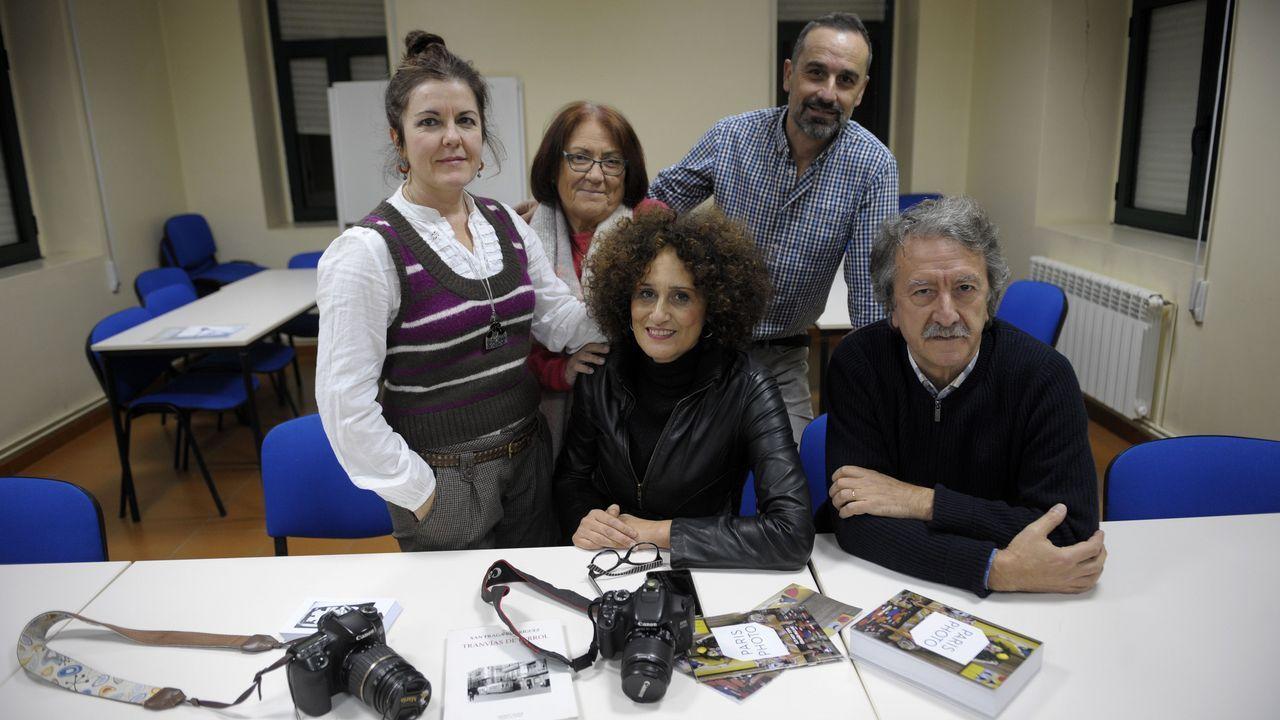 En la imagen, cinco de los siete miembros del grupo Fototertulia