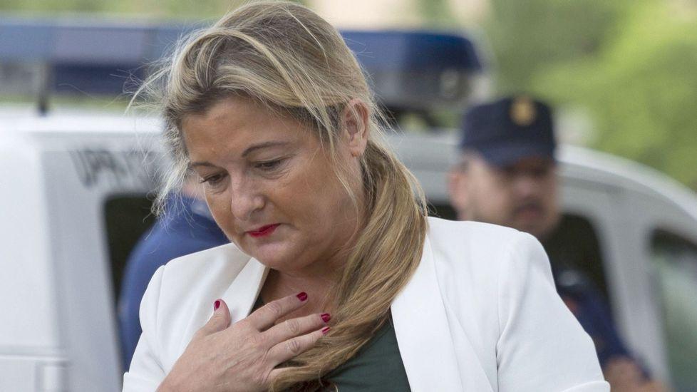 El Fiscal de Noos pedirá al Supremo más cárcel para Urdangarín.Imagen de Daniel Ripa junto al autobús de Hazte Oír