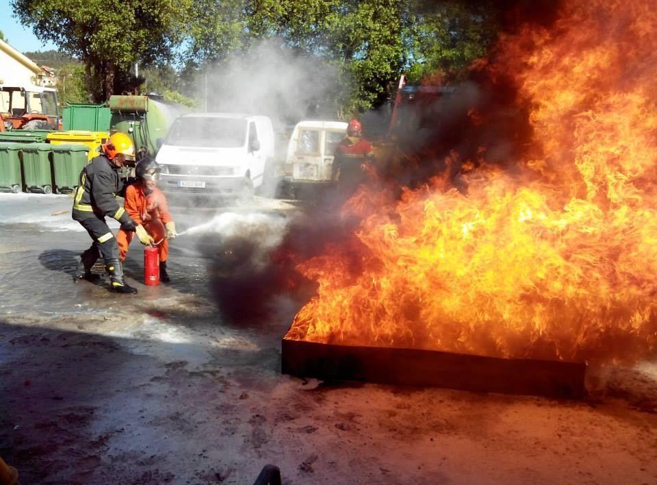 Los aspirantes se adiestran en técnicas de ataque a incendios urbanos.