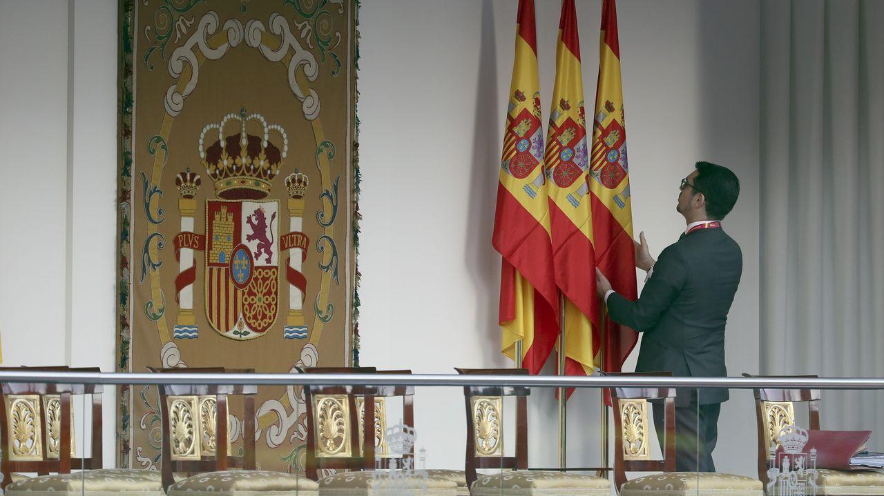 .Últimos detalles en la tribuna de autoridades presidida por los Reyes
